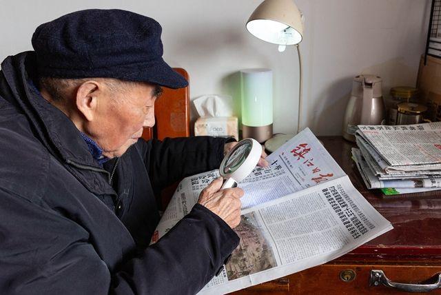 """耄耋老党员关注""""两会""""新闻"""