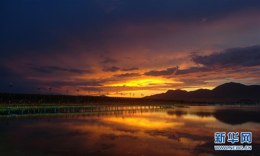 """新疆赛里木湖:水清草绿回归""""高颜值"""""""