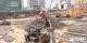 火车站北广场工地上  120多名施工人员顶着酷热进行排架施工