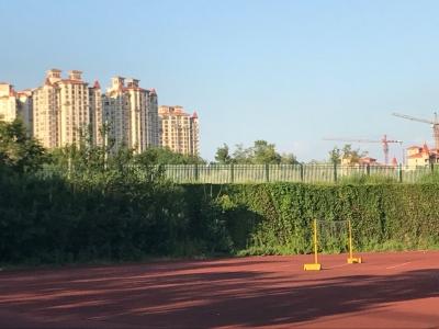 合山公园附近为何设新围栏? 记者获悉是为校园安全而建