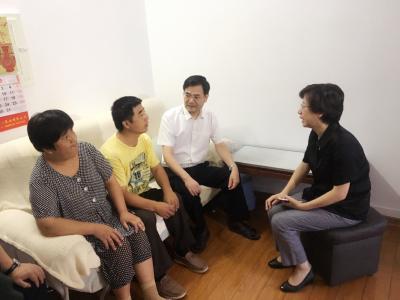 惠建林深入社区开展大走访大排查时要求 :以过细工作维护和谐稳定大局