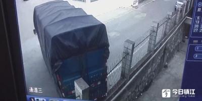 """这个司机太大意   未熄火大货车""""无人驾驶""""后溜撞上围墙"""