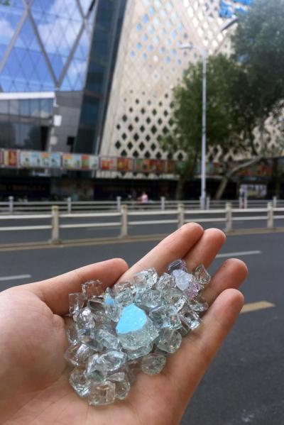 苏宁广场玻璃幕墙又碎了