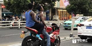 黑人兄弟不戴头盔骑摩托 网友:应加强教育依法处理