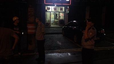 集装箱将路边电线挂落,民警深夜守候保障过往车辆安全