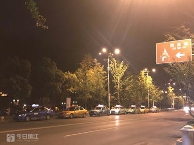 西津渡路口违停出租车玩接龙  交警:将设置高清摄像头抓拍违停