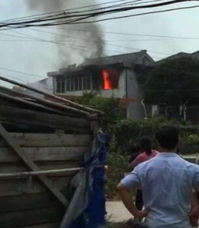 家中无人突然起火 警方紧急出动救援(视频)