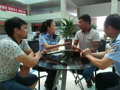 语言不通,维族兄弟办驾照多次受阻(图) 社区民警热心帮忙解难题