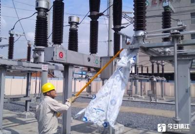 外来异物缠绕变电站闸刀  供电值班员火速排除险情