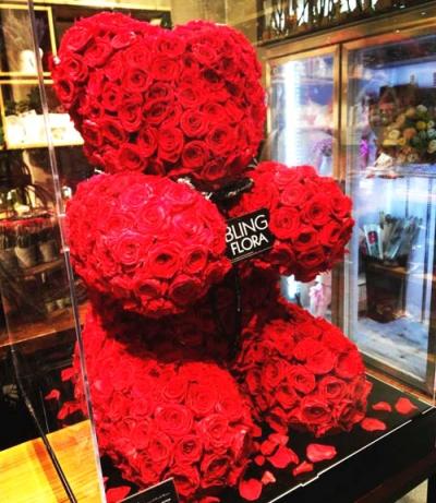 """七夕节,给爱人一个""""熊抱玫瑰""""怎么样?价格3000起,土豪请随意……"""