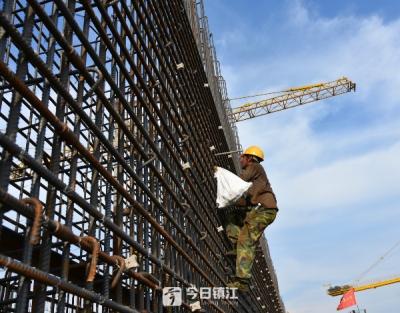 大桥建设者工作热情不输高温,全力推进镇江长江大桥施工