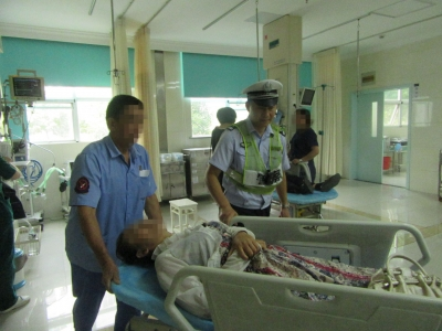 骑摩托摔倒颅内出血,民警及时救助脱险境
