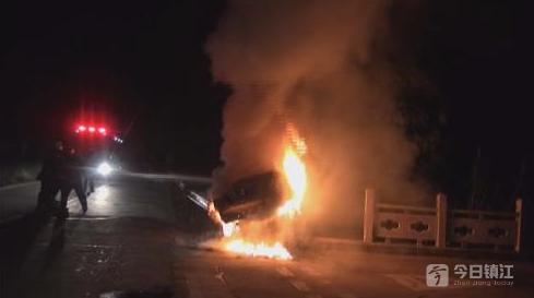 丹阳:紧急避让电动车 轿车撞上桥墩起火