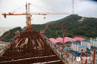 镇江长江大桥4号墩下横梁首次混凝土浇筑完成