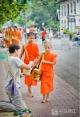 在老挝琅勃拉邦拍摄布施