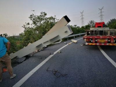 捆扎不牢酿事故 钢梁从车上飞出