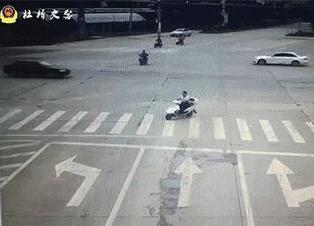 电动车闯红灯被撞飞交警判其全责!网友:灯塔式案例