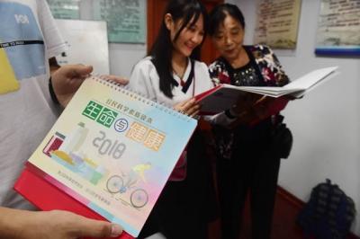 社区居民喜获公民科学素质读本