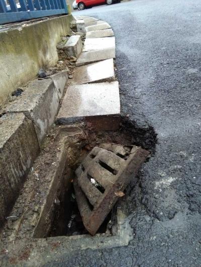 """""""小洞""""不修,一个月后,变成""""大洞""""     嘉苑路旁一排水窨井成隐患令人忧     相关部门:立即予以修理"""