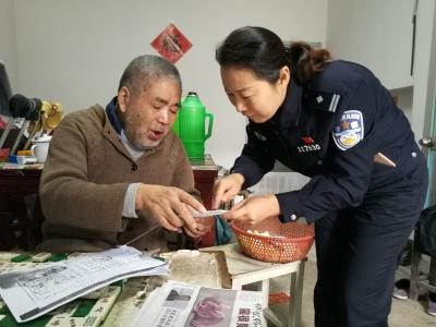 这份档案,79岁老人整整找了7年 女警送上门后开心得像个孩子
