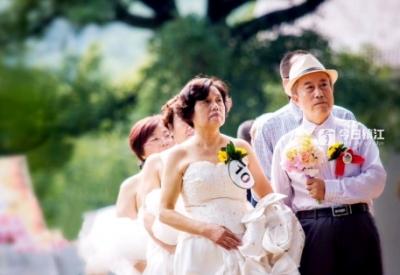 为14对爸妈补办一场迟来的婚礼 句容首届老年人集体婚礼在马鸣山举行