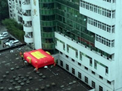 一男子爬上医院大楼欲跳楼 2小时后被劝回