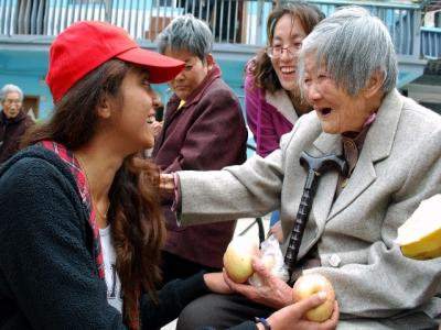 红光社区志愿者与江大外国留学生走进红梅托老园,喜迎端午