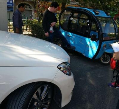司机行车途中突发疾病 撞上停在路边接娃三轮车