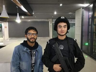留学生镇江站找不着出站口,执勤民警用英语帮上了忙