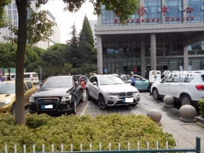 镇江新手宝马女司机 拿证10天停车场内二连撞