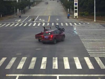 闯红灯与轿车相撞  三摩车主被来了个360度空翻