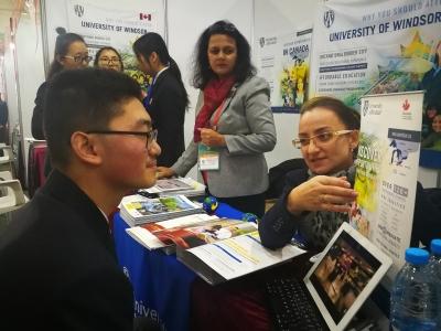 第十三届枫叶国际教育博览会开启 145名镇江枫叶学子共签下通知书176份(主)