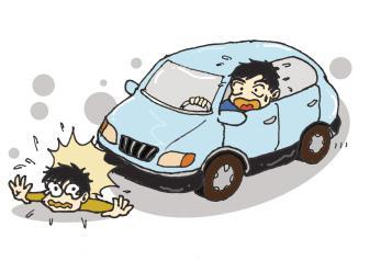 本想踢走门前砖,却被电动车撞伤 雨夜出行更要注意安全!