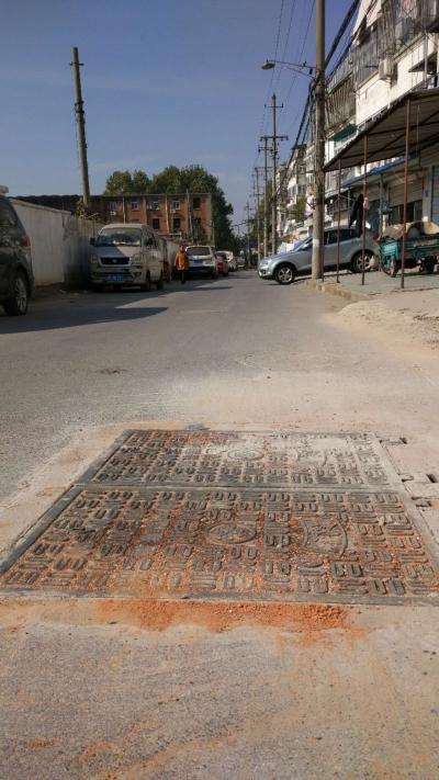 溪园新村外路边窨井盖下沉有响声  联通公司已将新窨井盖安排到位