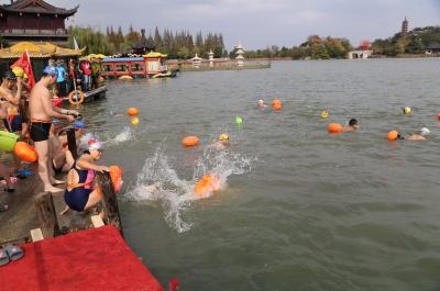 500余名冬泳爱好者寒风中畅游金山湖