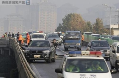 西安洒水结冰致38车连撞 保险公司:或向城管部门追偿