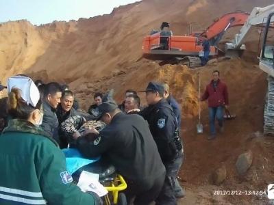 """废料堆突然坍塌  警民合力施救一小时""""拔""""出被埋挖掘机驾驶员"""