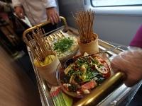 西成高铁内部首曝光  简直就是吃货的天堂!