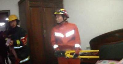12岁少女跳楼被卡阳台 公安消防救下后却遭怒怼