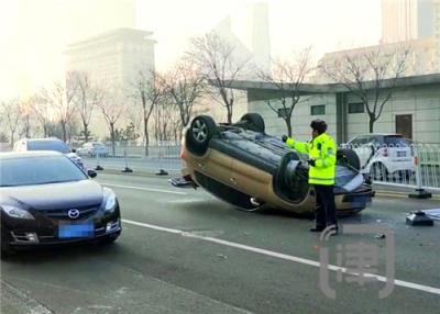 天津一司机亲身体会:车子撞翻才知道 系安全带多重要