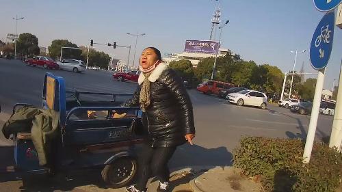 三轮车主肇事逃逸慌不择路,违法行驶正巧被擒