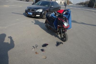 两电动车路口左转,一辆发生事故,一辆则安全通过
