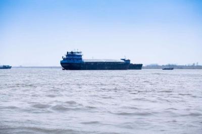 长江镇江段雾霾严重 水上交通管制持续