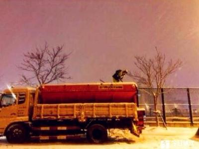从深夜到凌晨,镇江街头,总能看到环卫工们风雪中的身影