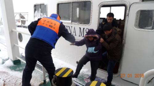大雪封航骨折老人难渡江  海事急救海巡艇安全护送