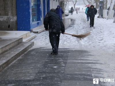 大雪纷飞  这些忙碌的身影温暖了大街小巷