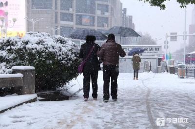 全城动员!万余人次上街扫雪,镇江多部门联手应对暴雪灾情