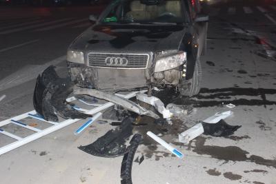醉酒开车撞坏护栏 被巡警逮个正着
