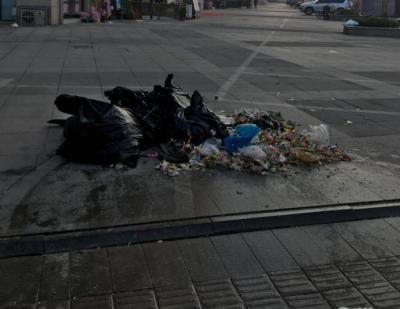 市民投诉:小区路口成垃圾堆放点 物业:费用没着落,有了就解决