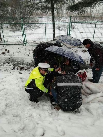 高速交警雪天救助受伤群众